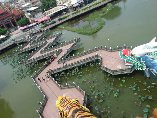 高雄観光で外せない蓮池漂 Lianchitan (Lotus Pond ) の龍虎塔 Dragon & Tiger Pagodas