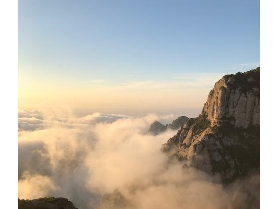 朝焼けの中のモンセラットの雲海