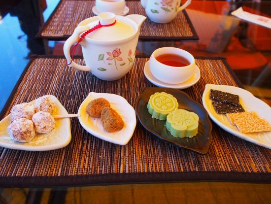 冷茶と茶菓子。お茶はお代わりし放題。
