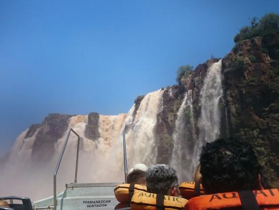 アルゼンチン側のボートからイグアスの滝へ