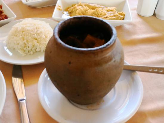 昼食のトルコ家庭料理ツボ焼き