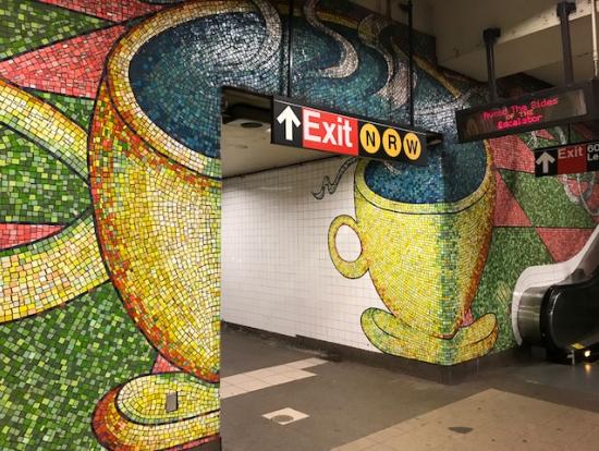 地下鉄駅のコーヒーカップも可愛いです