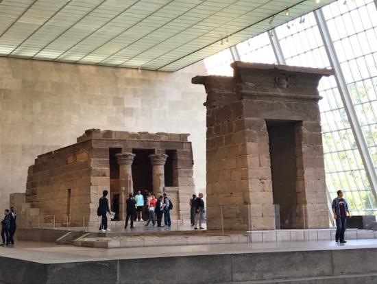 優しい光に照らされたエジプト遺跡