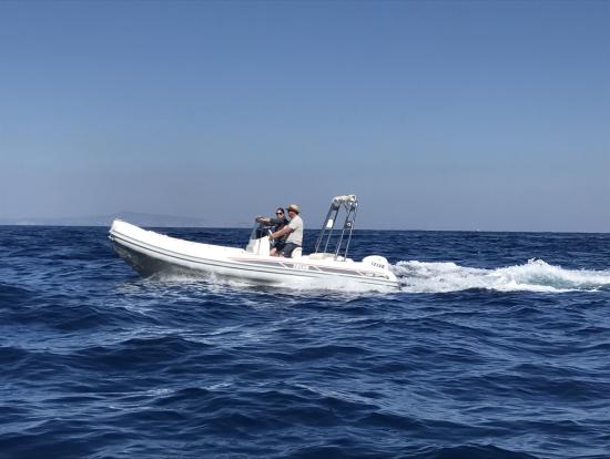 現地ではプライベートの小舟で遊ぶ人が沢山
