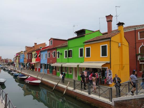 カラフルな建物が立ち並ぶブラーノ島