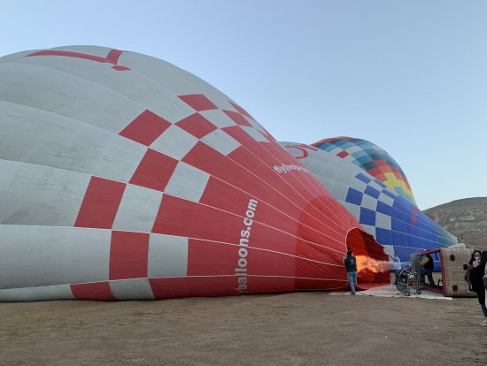乗船前から、膨らんでいく気球を間近に見て興奮が高まります