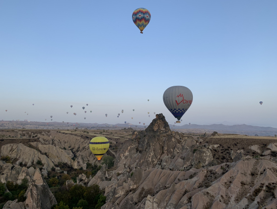 数え切れないほどの気球が周りを飛んでます