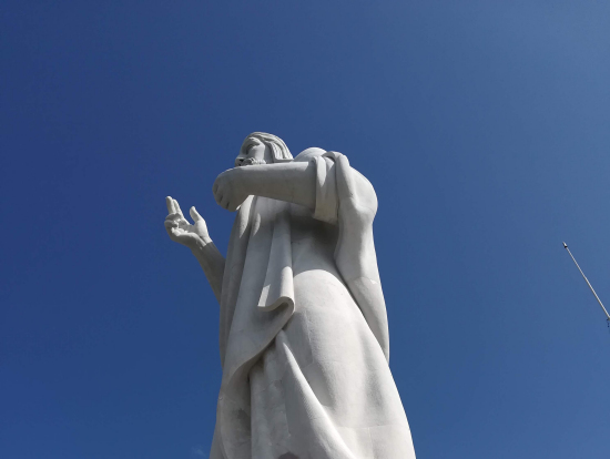 白いキリスト像