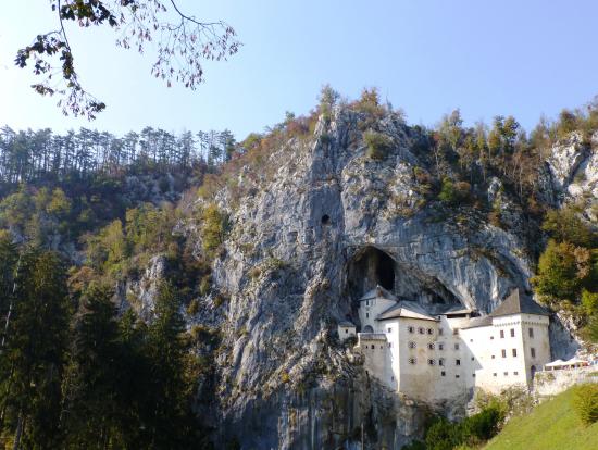 ツアー前半に見学するポストイナ洞窟城
