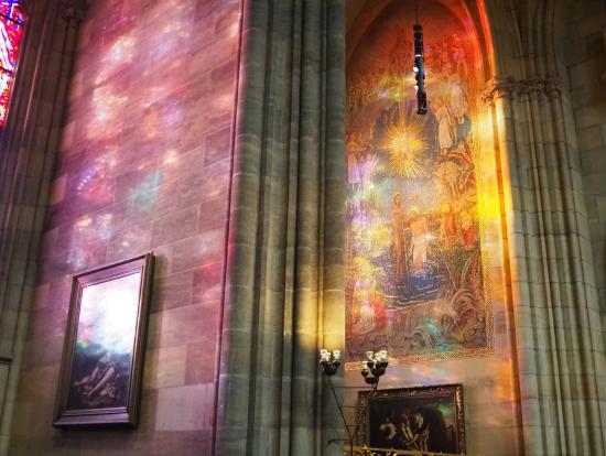光が差し込んだ教会内からのステンドガラスは必見です。