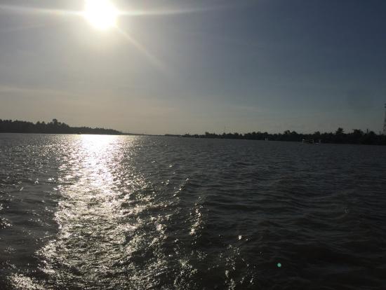 夕日に染まるメコン川