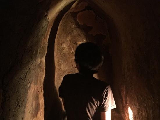 狭くて暗いクチトンネル