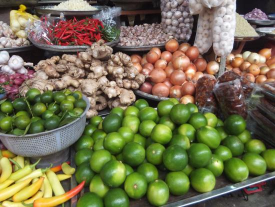 市場のフルーツ、きれいです。