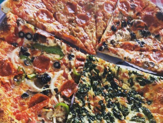 みんなで違うピザを頼んでシェア。サクサクでおいしい!