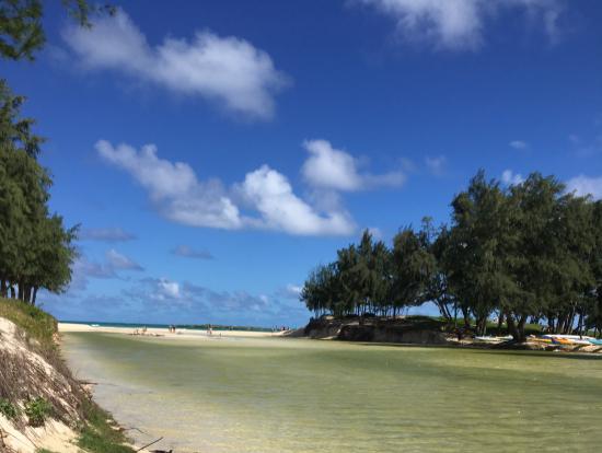 海への入り口。ビーチの美しさにワクワクします。