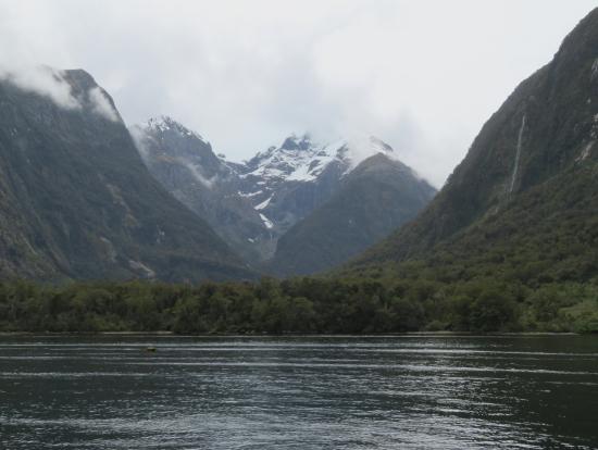 曇ってますが、氷河が見れました。