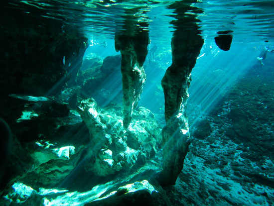 水中鍾乳洞