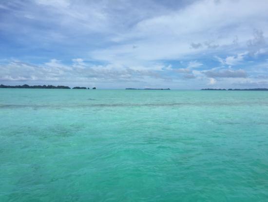 カープ島のどこまでも遠浅の海