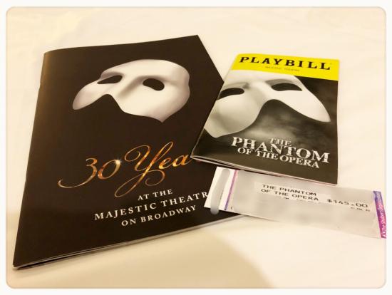 左が劇場で購入したパンフレットです、右はリーフレットです