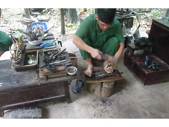 古タイヤから草履を作る職人さん