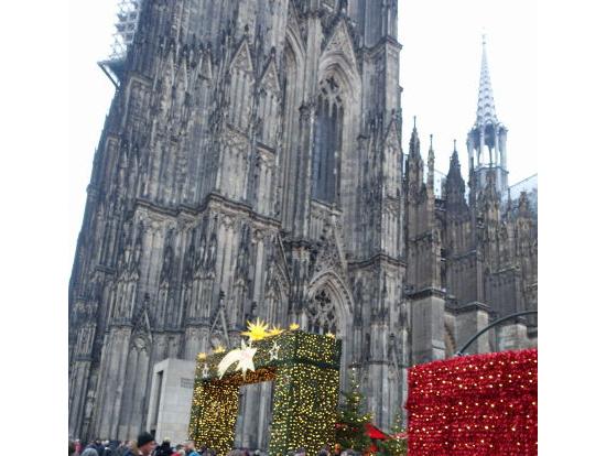 ケルン大聖堂とそのわきのクリスマスマーケット入り口