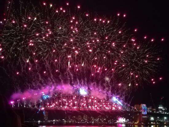 ハーバーブリッジと川沿いの花火を両方楽しめます