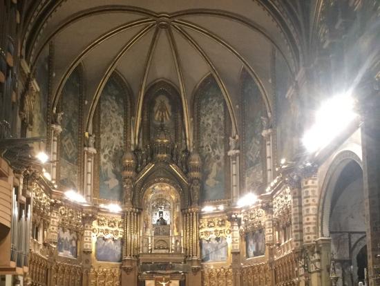 聖歌隊開始の直前数分とミサ終了後はライトがつき教会内部が見渡せる。中央上がマリア様。