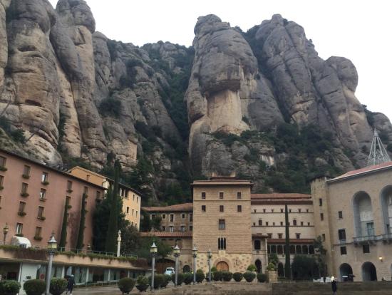 鉄道駅側から見た修道院と奇岩