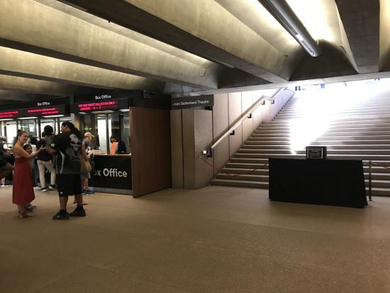 2つのシアターに続く階段の間にチケット売り場があります。12月29・30日はここの一番右のカウンターでチケットを受け取ります
