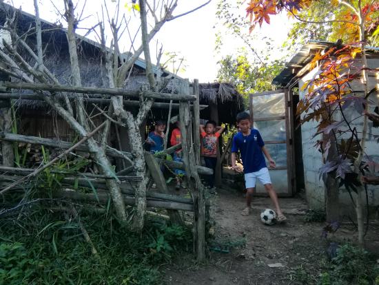 モン族伝統茅葺き家と子ども達。