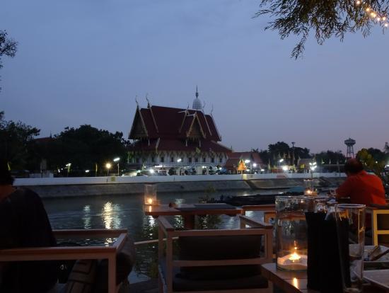レストランからの夜景。河畔で、向こう岸に遺跡のライトアップが見えます。