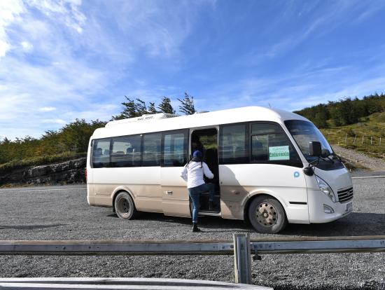 こんなバスで移動(ダートを行きます)