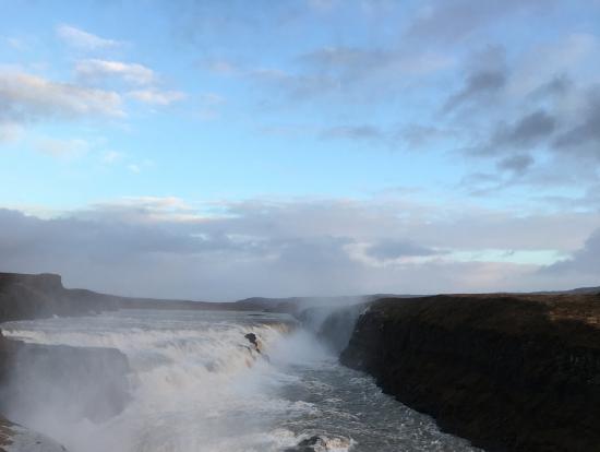グルトフォスはとにかく巨大!流れる水の音にも圧倒されました。