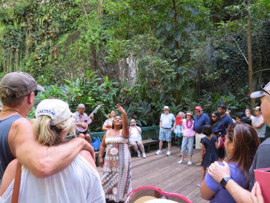 シダの洞窟前でのフラダンス