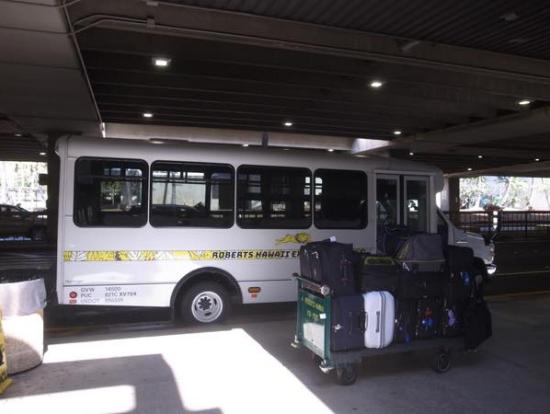 """バスには""""ロバーツハワイ""""の名前が書いてあるのでわかりやすい!"""