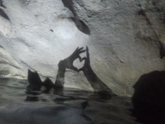 洞窟の中で影を作って写真を撮ってもらいました。
