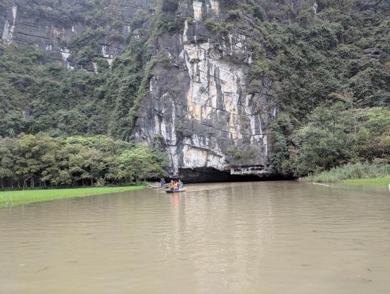 洞窟潜りは圧巻です。