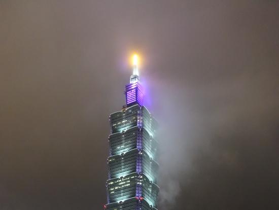 雨に煙る台北101