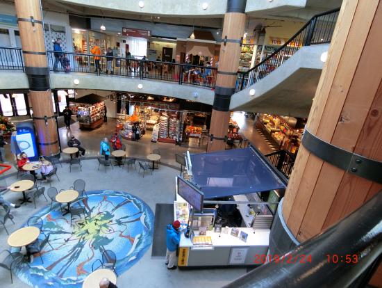 """ロンズデールキーマーケット 2階にはアロマで有名な""""Saje Natural Wellness""""があります"""