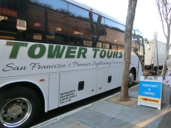 モントレー行のバスと看板