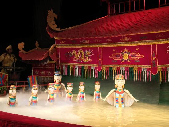 水上人形劇 一番前の席は少し水しぶきがかかりますのでご注意を。