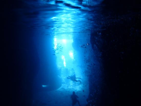 洞窟の中から見るとこんな風に見えます。