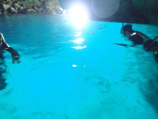 青の洞窟を少し上から見るとこんなに青い。写真で初めてわかりました。