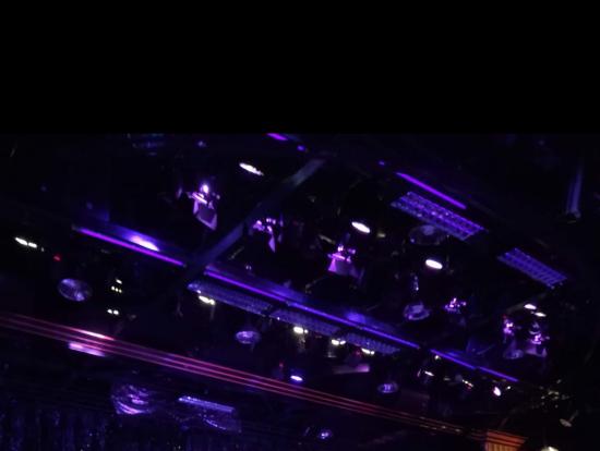 最前列から見た様子で、舞台から降りて目の前まで演者が近づいてくることもあります。