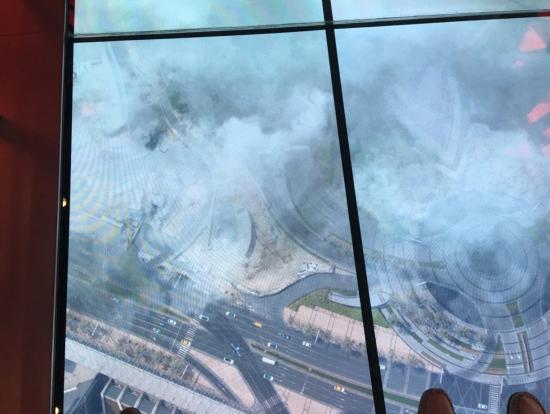 床に置かれたモニター映像?雲も動き通るとガラスが割れたようにヒビが入ります。皆さんさかんに写真を撮っていました