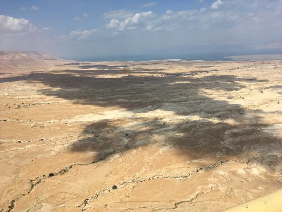 マサダから死海を望む