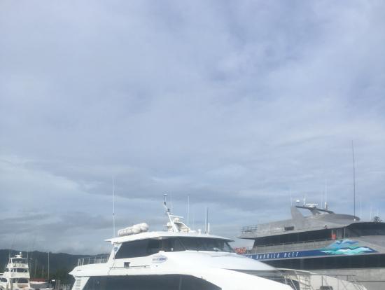 手前の白い船でした。揺れは酷くないですが、波酔いもあるので、酔い止め飲んだ方がいいです。