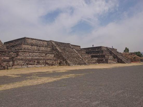 死者の道を歩くとたくさんあるピラミッド群