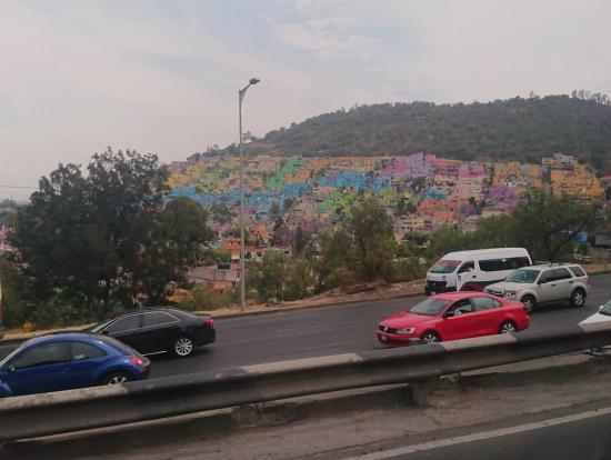 メキシコらしいカラフルな家