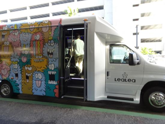 Kevin Lyonsさんデザインの「モンスター」のシャトルバス